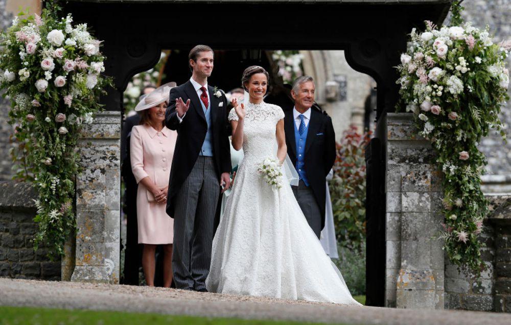 5a44e6bd4641f52 Перед гостями она появилась в расшитом кружевом белоснежном платье c  двухметровым шлейфом от британского дизайнера Джайлса Дикона. На голове –  как и ...